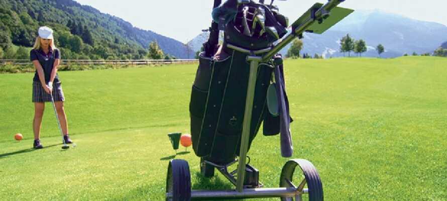 Nicht weit vom Hotel entfernt können Sie eine Runde Golf mit einem unbezahlbaren Blick auf die Alpen spielen.