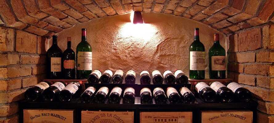 Till hotellets goda restaurang hör en imponerande vinkällare, där ni välja ett gott vin till maten.