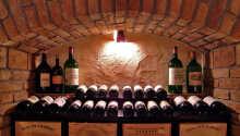 Til maden kan I nyde udsøgte vine fra hotellets egen kælder