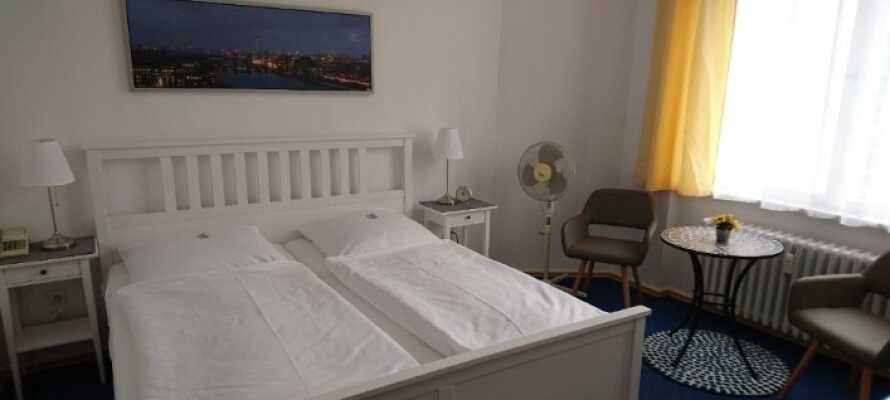 Die liebevoll eingerichteten Zimmer über Kabel-TV, Minibar, Zimmersafe, Ventilator, Wecker und Telefon.