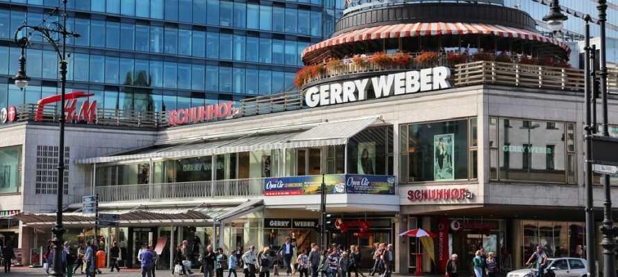 Berlins store indkøbsgade Kurfürstendamm byder byder på shopping for enhver smag.