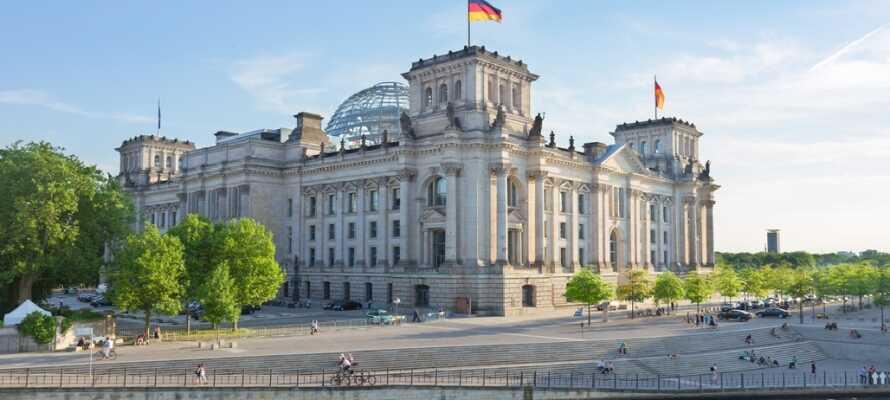Im Reichstag sitzt der deutsche Bundestag. Das geschichtsträchtige Gebäude ist wunderschön gelegen und auf jeden Fall einen Besuch wert.