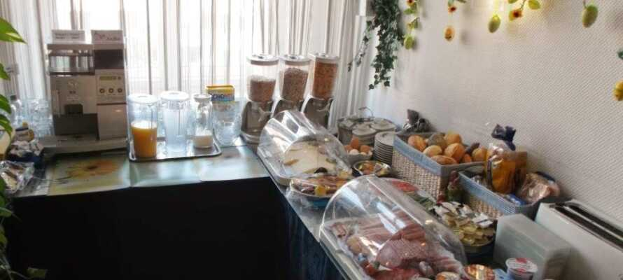 Das Hotel hat einen eigenen Frühstücksraum, in dem jeden Morgen ein reichhaltiges Frühstücksbuffet wartet.