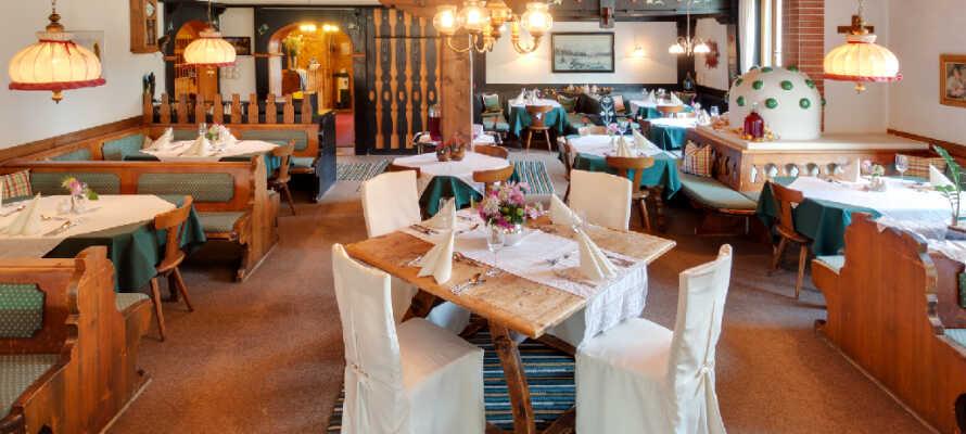 Hotellets restaurant er innredet i typisk, sjarmerende østerriksk stil og innbyr til hyggelige stunder.
