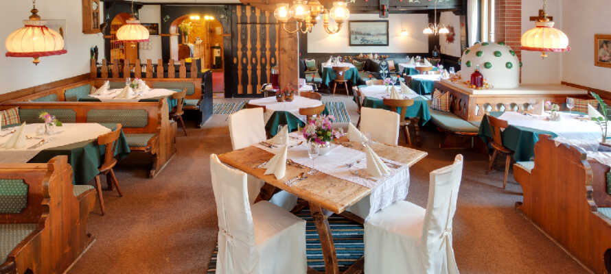 Hotellets restaurant er indrettet i den typiske charmerende østrigske stil og indbyder til hyggelige stunder.