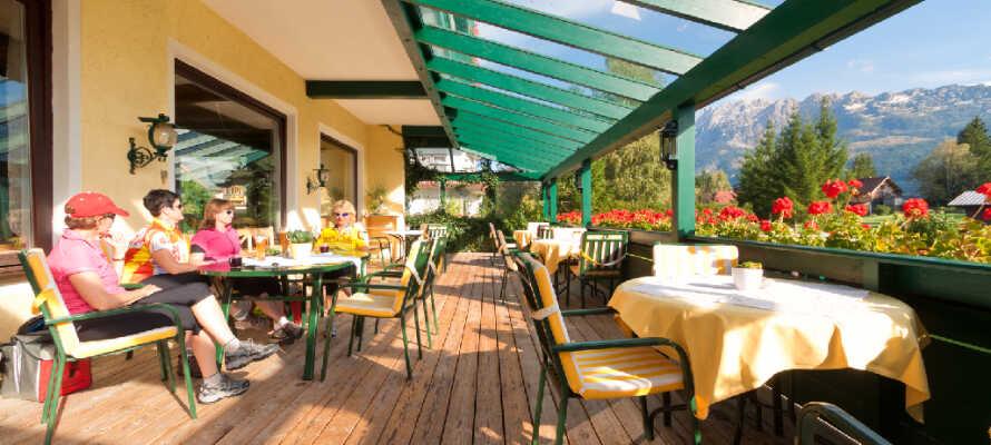 Nyt roen og slapp av på hotellets store flotte panorama-terrasse i det fine været.