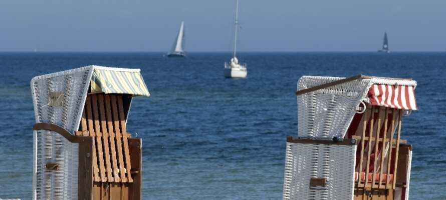 Ikke langt fra byen finner dere mange fine strender, hvor dere kan slappe av i de tradisjonelle nord-tyske strandkurve.