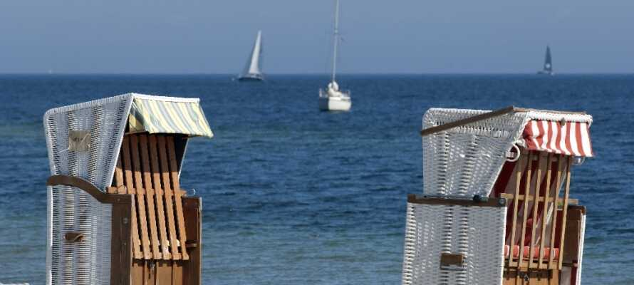 Ikke langt fra byen finder I mange fine strande, hvor I kan slappe af i de traditionelle nordtyske strandkurve.