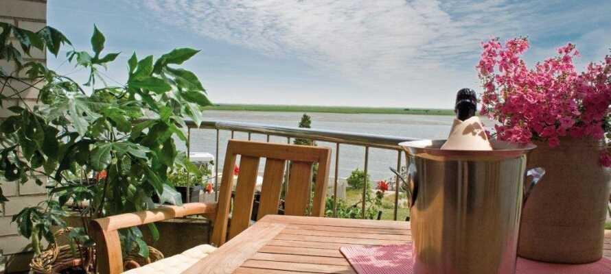 Viele der Balkone bieten eine schöne Aussicht auf das Wasser, wie diese.