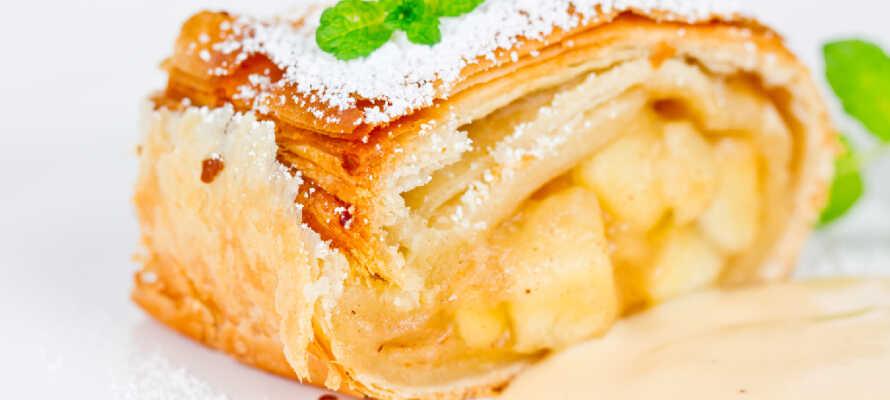 Apfelstrudel är Österrikes national-efterrätt och den smakar bäst efter en lång dag av skidåkning eller vandring.