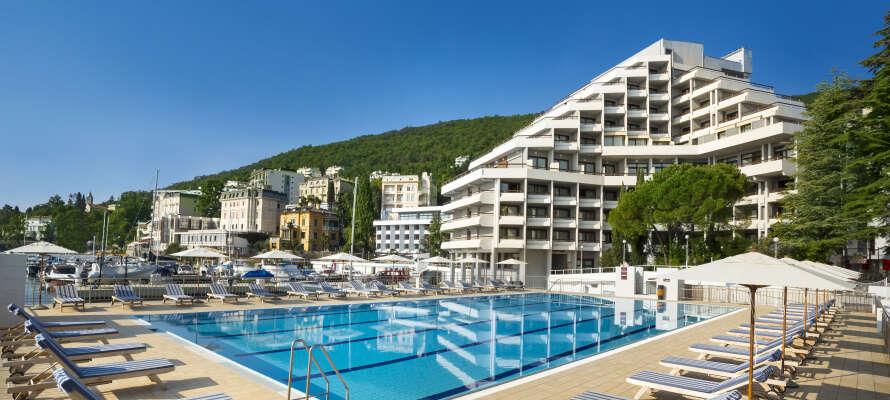 Remisens Hotel Admiral ligger på den vackra strandpromenaden, nära Opatija centrum.
