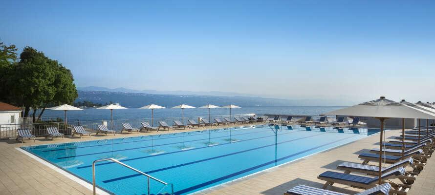Vid hotellets utomhuspool kan ni njuta av den vackra utsikten över marinan och det Adriatiska havet.