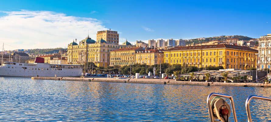 Ca 15 km från hotellet ligger Kroatiens tredje största stad, Rijeka, som erbjuder många spännande sevärdheter.