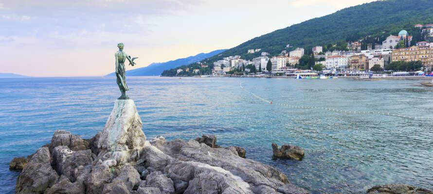 Opatija är en vacker semesterstad, som erbjuder en strandpromenad, sevärdheter,  flera stränder och natur.