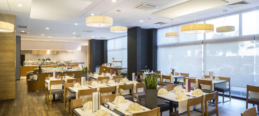 Hela dagen finns det måltider, lätta snacks och ett brett urval av drycker i hotellets restaurang.