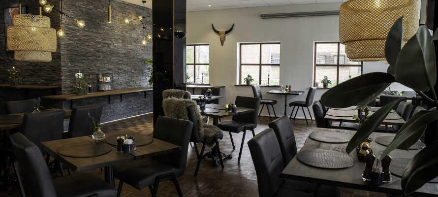 Dere kan spise middag i Hotel Medis moderne restaurant.