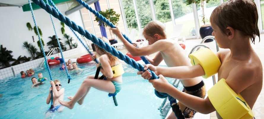 Åk på safari i Givskud Zoo, lek i Babbon City med 9000 kvadratmeter nöjen, besök Legoland eller bada i Ikast simhall.