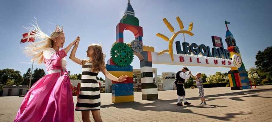 Ta med hela familjen till nöjesparken Legoland som är byggt upp kring de kända legoklossarna.