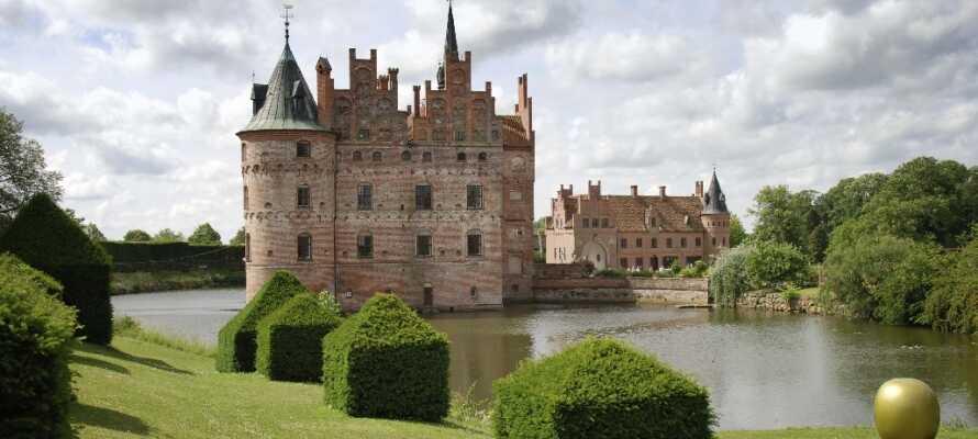På Egeskov Slott kan ni uppleva historia, bilar, labyrinter och mycket mer.