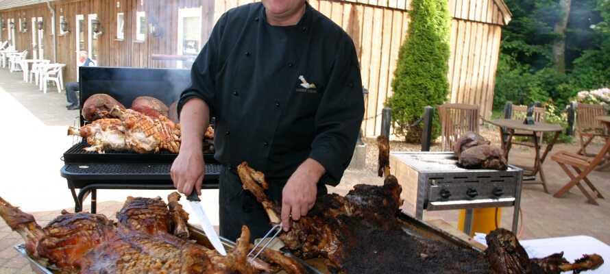 Spis middag i hyggelige rammer på hotellet, der er kendt for sine traditionelle danske retter.