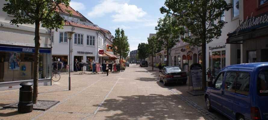 Kør en tur til Brønderslev, der er en lille by med en rolig atmosfære og fine butikker