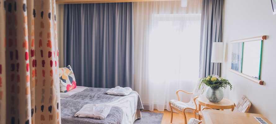 Et av hotellets dobbeltrom. Alle rommene er inndredet i elegant skandinavisk design.