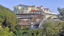 Det 4-stjerende Smögens Hafvsbad stammer fra begyndelsen af det 20. århundrede og ligger i kort afstand af havet.