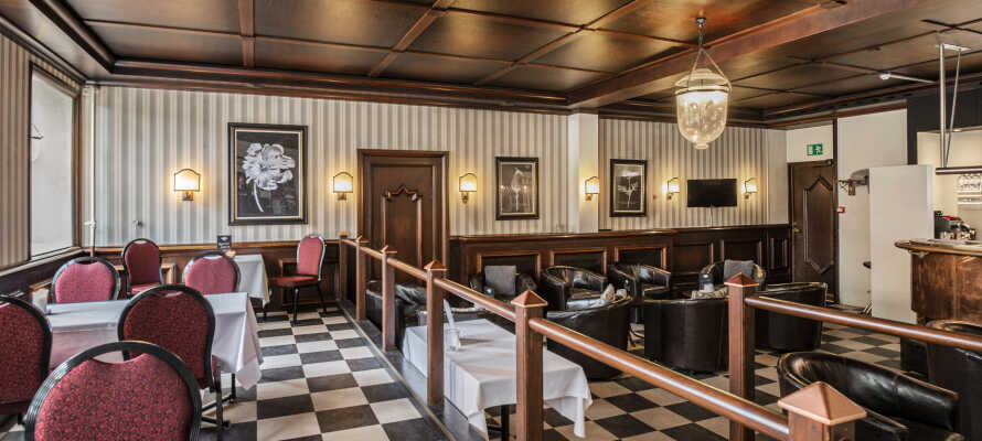 Tilbring kvelden med en drink i hotellets bar og en god samtale om alle dagens opplevelser
