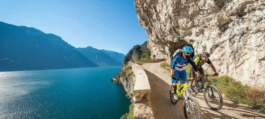 Bege er ut på en cykeltur i bergen runt Gardasjön