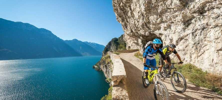 Tag på oplevelser langs Gardasøen og afprøv de mange cykelruter i bjergene.