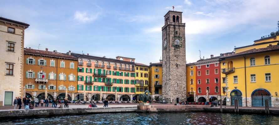 Riva del Garda ligger ikke langt fra hotellet. Den charmerende by byder på gode restauranter og shopping.