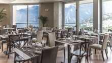 Från den rymliga restaurangen har ni en vacker utsikt
