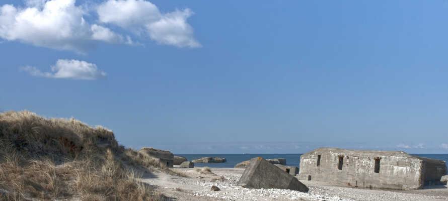 Hotellet ligget et stenkast fra Vesterhavet og de historiske bunkers, som stadig ligger langs kysten.