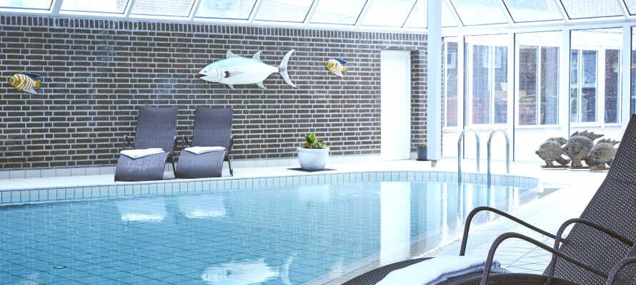 Hotellet har et lite velværeområde med oppvarmet basseng og spa-seksjon.