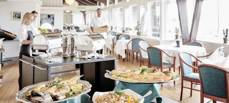 Restauranten byder på lækre retter med en skøn udsigt over det fredede naturreservat i Nordjylland samt Hanstholm fyr.