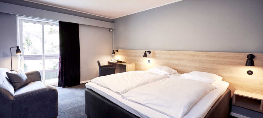 Alle hotelrommene har eget bad, toalett, tv med radio, videokanaler og telefon.