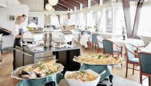 Restauranten tilbyr deilige retter av høyt nivå med den mest fantastiske utsikten over det beskyttede naturreservatet i Nordjylland og mot Hanstholm fyrtårn
