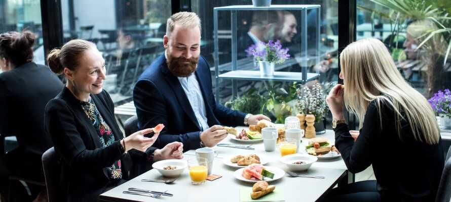 Hotellets restaurang erbjuder genuin service och fantastisk frukost.