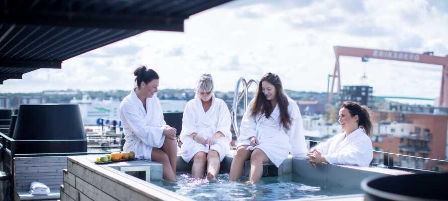 På hotellets 9. og øverste etage ligger en wellnessafdeling med sauna og en hot tub med en fantastisk udsigt