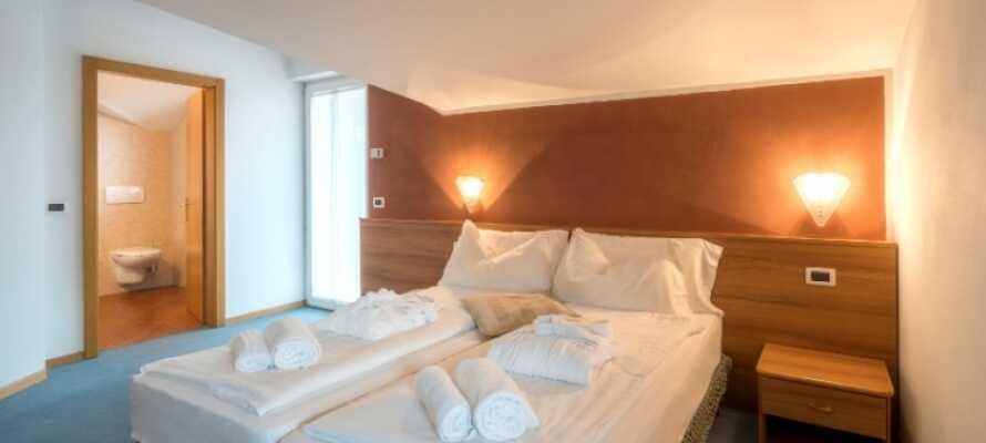 Hotellets værelser er lyse og enkelt indrettede og de fleste har adgang til balkon