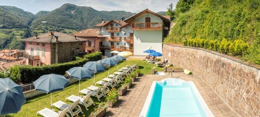 I hagen kan dere slappe av i solen og bli avkjølt i hotellets svømmebasseng