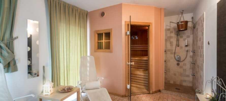 På hotellet kan ni bada bastu och beställa massage och skönhetsbehandlingar.