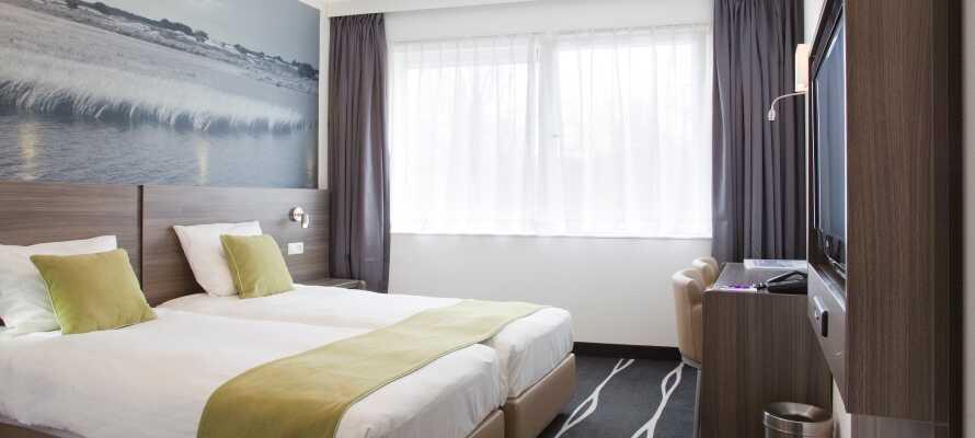 Die Zimmer sind hell und schlicht eingerichtet und bieten Platz für sowohl Kinder als auch Erwachsene.