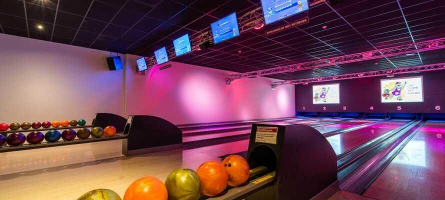 På hotellet kan I udfordre hinanden i et spil bowling og der er legerum til de yngste