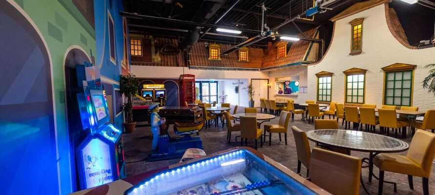 Der er flere restauranter og barer, og i Bar Street er der live underholdning om aftenen.