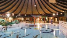 Hotellet har et stort innendørs basseng