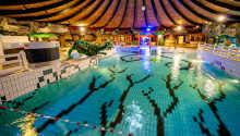 Slap i hotellets store indendørs swimmingpool