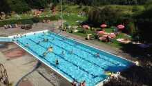 Hotellets udendørs swimming pool er smart lavet så både børn og voksne har glæde af den