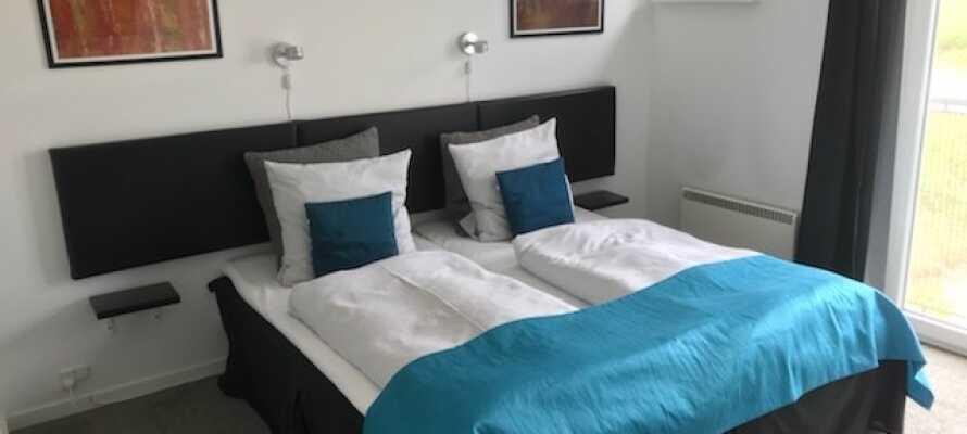 Alle Zimmer verfügen über ein eigenes geräumiges Bad, einen Haartrockner, bequeme Betten, kostenloses Tee- und Kaffeezubehör sowie einen TV.
