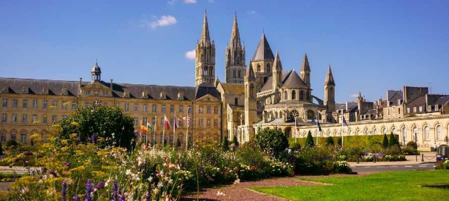 Hotellet ligger i Herouville-Saint-Clairca, ca 4 km norr om den historiska staden Caen med många sevärdheter.